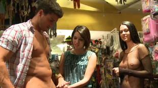 Katie Michaels branle un vendeur dans une boutique de lingerie