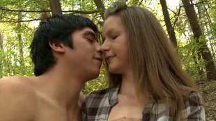 Teen assoiffés de sexe baise dans la foret